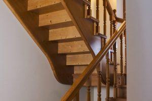Купить лестницы из дерева в Москве и Московской области