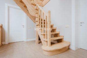 Деревянная лестница с поворотом на 90