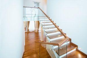 П-образная лестница с деревянной площадкой