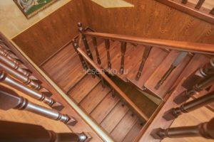 Деревянная лестница из массива сосны