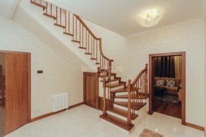 Лестница из дерева с забежными ступенями