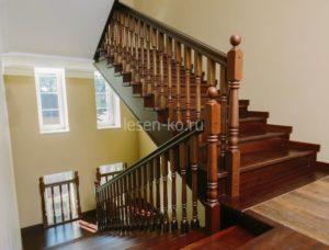 Деревянная двухмаршевая лестница