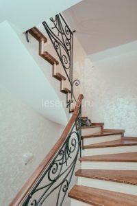 Деревянная полувинтовая лестница